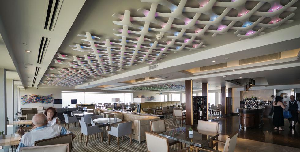 הטרקלין העליון החדש: התקרה מכוסה ברשת של גופי תאורת LED בעיצוב של גלי ים, ומחליפים צבעים מדי כמה שניות - גימיק שמוסיף לצבעוניות העדינה (צילום: איתי סיקולסקי)