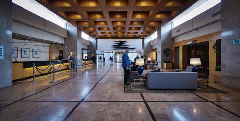מבואת המלון. מהעיצוב הישראלי המקורי לא נותר זכר (צילום: איתי סיקולסקי)