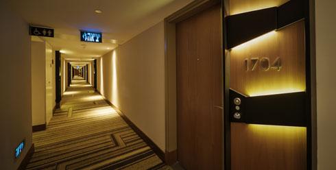 תוכנית הקומות פשוטה: מסדרון ארוך וחדרי האירוח משני צדדיו (צילום: איתי סיקולסקי)