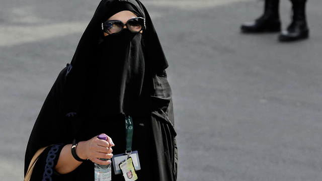"""""""כמה כסף אפשר היה לחסוך אם נשים היו נוהגות"""". אישה מכוסה כמעט לגמרי בריאד (צילום: AP) (צילום: AP)"""