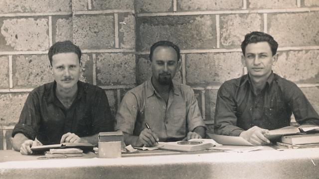 צבי הדסי, דב מילמן ומאיר שמגר לומדים משפטים במחנה המעצר (מתוך הארכיון האישי של מאיר שמגר) (מתוך הארכיון האישי של מאיר שמגר)