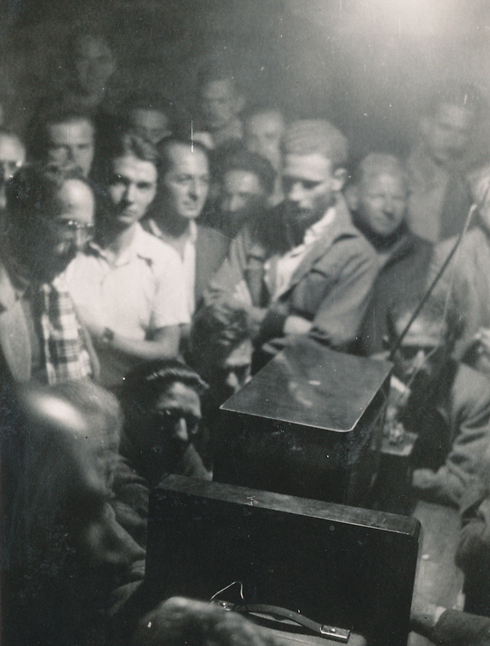 """מאזינים לתוצאות ההצבעה באו""""ם, כ""""ט בנובמבר 1947 (מתוך הארכיון האישי של מאיר שמגר) (מתוך הארכיון האישי של מאיר שמגר)"""