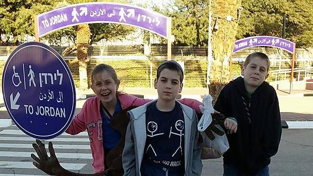 """""""הילדים אמרו לא מעוניינים, הם הרגישו שהם לא רצויים כיהודים בירדן, ובעצם ביטאו את מה שאנחנו הרגשנו"""". ילדי משפחת הירדני, במעבר הגבול (צילום: תמר הירדני) (צילום: תמר הירדני)"""