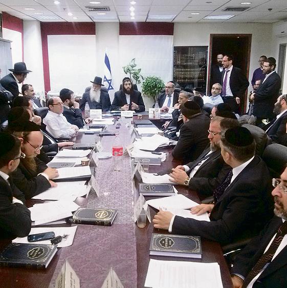 """ישראל ומאיר פרוש (בקצה השולחן) בישיבת מועצת העיר. """"סגן השר נמנע מעיסוק באלעד"""""""