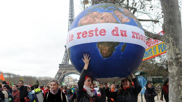 עלינו להשתמש בחכמה הזו בתבונה כדי להשיב את הטבע לאיזון. שרשרת אנושית בוועידת האקלים בפריז (צילום: MCT) (צילום: MCT)