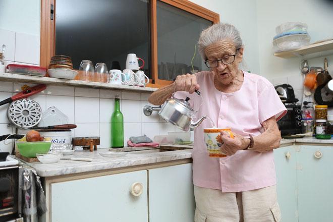 """נעמי במטבח ביתה בכינרת. """"אמא שלי לא ידעה שיש נס קפה"""" (צילום: אלעד גרשגורן)"""