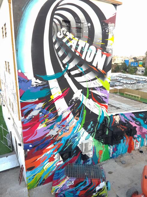 """ציור של טל על בניין תל-אביבי שיהפוך למועדון לילה בשם """"סטיישן"""" (צילום: אבי טל spine)"""