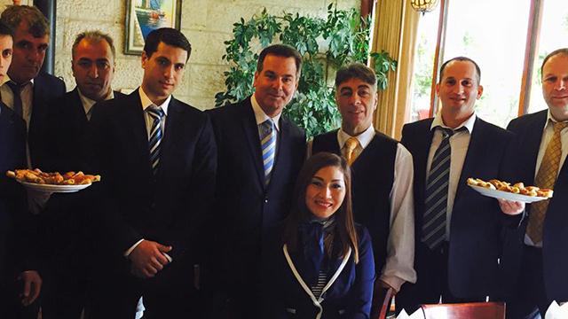 איברהים וטניהלאק עם צוות המסעדה המיתולוגית ()