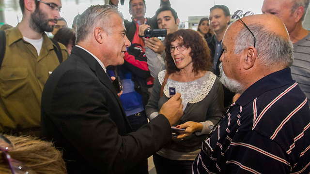 Yair Lapid talking to Israelis about to fly abroad (Photo: Ido Erez)