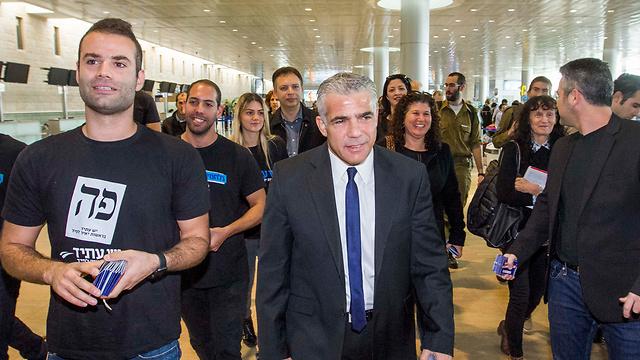 Lapid making his way through Ben Gurion Airport on Tuesday morning (Photo: Ido Erez)