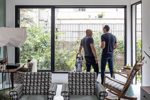 נובוגרודר (מימין) וגולדברג מול החלונות שהורחבו והוגדלו. מנורה עומדת של מיקה בר, שיוצרה במיוחד לדירה (צילום: עוזי פורת)