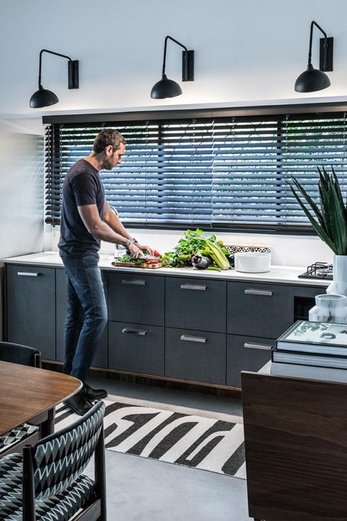 פס ארונות נמוכים במטבח מתחת לחלון-סרט שמחדיר אור פנימה (צילום: עוזי פורת)