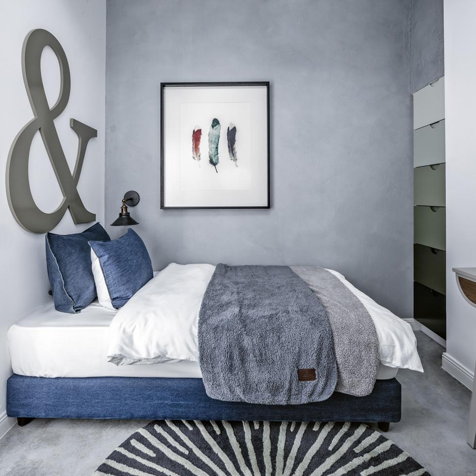חדר השינה של האורחים, שחלקו משמש גם כחדר עבודה (לא בתצלום). ''ניחוח סקנדינבי מעושן שמגיע לתל אביב'', מגדיר גולדברג את סגנון הדירה (צילום: עוזי פורת)