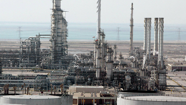 מתקן נפט בסעודיה. יותר מדי עובדים במגזר הציבורי הנוח (צילום: AFP)