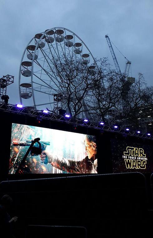 חג המולד שהפך לחג מלחמת הכוכבים בלונדון ()