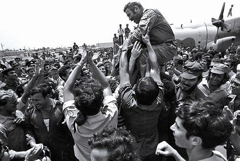 קבלת הפנים הנרגשת לחטופים עם הנחיתה בישראל, אחרי מבצע החילוץ (צילום: דוד רובינגר) (צילום: דוד רובינגר)