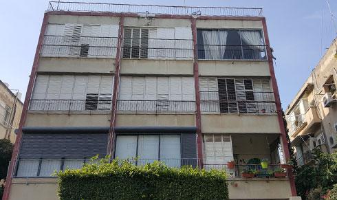 הבניין. הדירה נמצאת בקומת הקרקע עם יציאה למרפסת (צילום: שרון היבש )