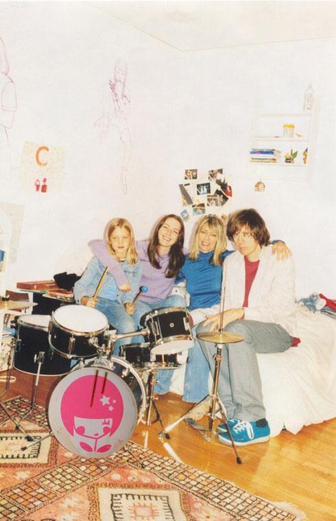 משפחת גורדון מור בהרכב מלא. קמפיין אביב-קיץ 2003 של מארק ג'ייקובס