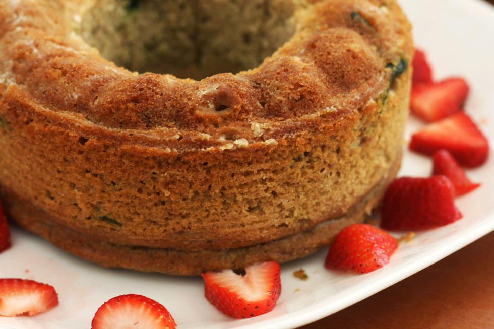 עוגה בחושה עם תותים ופיסטוקים (צילום: אבירם פלג )