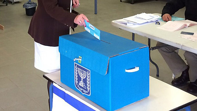An Israeli votes in the 2015 Knesset elections (Photo: Yisrael Beiteinu Spokesperson)
