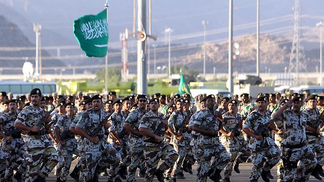 מתיחות שלא הייתה זה שנים. חיילים סעודים צועדים (צילום: EPA)