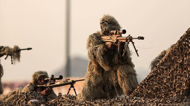 """צבא סעודיה בפעולה. """"חומרי נפץ על הסירה שנתפסה"""" (צילום: AP)"""