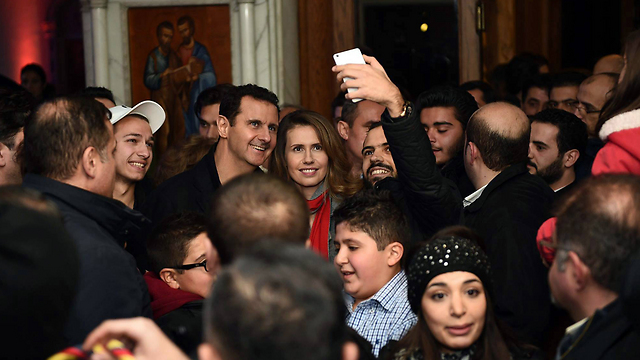 Photographed with Syrians at Christmas (Photo: AFP)