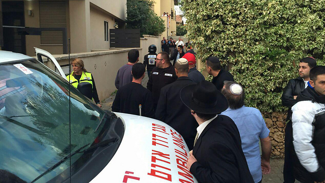 Outside the house where the terrorist was caught in Ranana (Photo: Hillel Atlan)