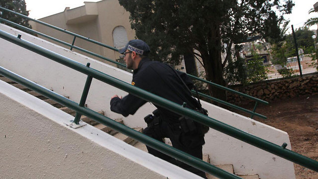 Police officer searches for possible second terrorist in Raanana (Photo: Ido Erez)