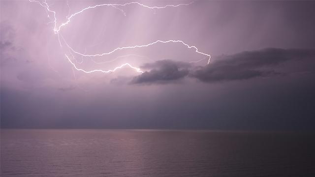 ברקים בהרצליה (צילום: נעם כץ)