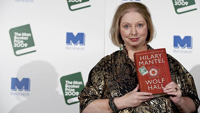 """הילרי מנטל עם ספרה """"וולף הול"""". """"חרם פועל נגד מי שנוקט בו"""" (צילום: AFP)"""