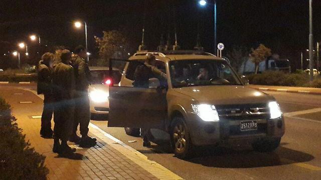 """כוחות ביטחון בכניסה לשלומי  (צילום:  אחיה ראב""""ד) (צילום:  אחיה ראב"""