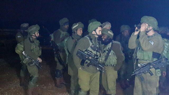 """חיילי צה""""ל שהגיעו כדי לאתר את מקום נפילת הרקטות (צילום:  zoomout ) (צילום:  zoomout )"""