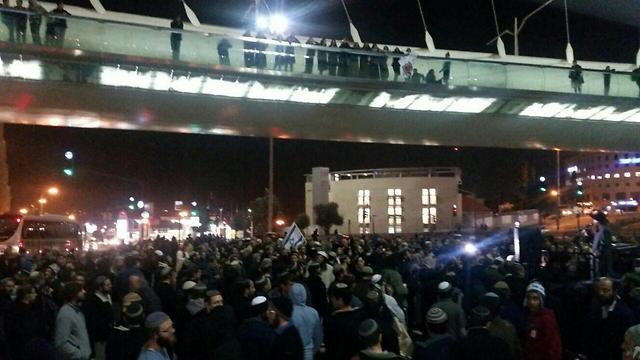 מפגינים בכניסה לירושלים ( צילום: ארגון חוננו) ( צילום: ארגון חוננו)