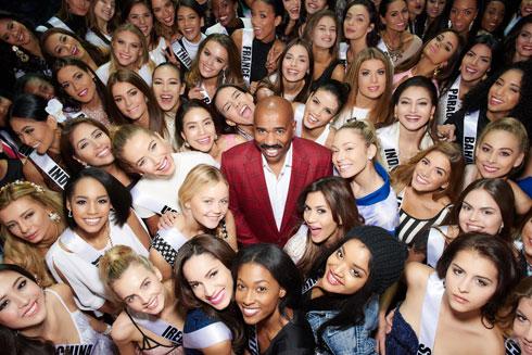 המנחה סטיב הארווי ו-80 הנשים היפות בעולם (צילום: Michael Becker)