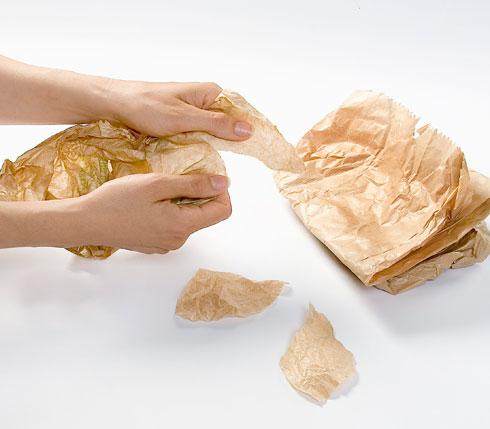 מקמטים את שקיות הנייר (צילום: יוסי סליס)
