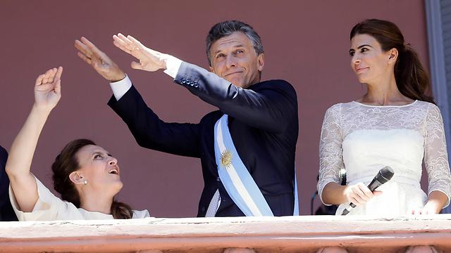 מאקרי עם רעייתו וסגניתו גבריאלה מיצ'טי (משמאל) (צילום: AP)
