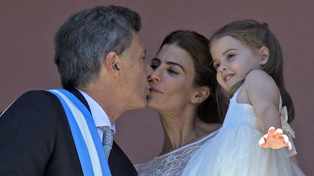 עם הרעייה ג'וליאנה והבת אנטוניה (צילום: AFP)