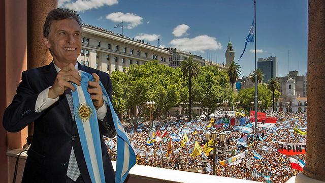 מאקרי בטקס השבעתו מול ההמונים בבואנוס איירס (צילום: AFP PHOTO / ARGENTINIAN PRESIDENCY / JUAN MARCELO BAIARDI)