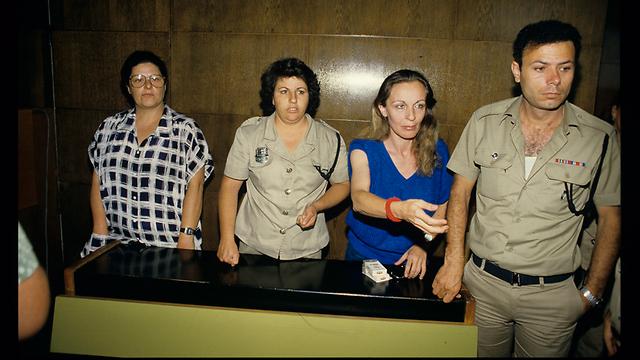 """גרנות (משמאל) ויערי (בחולצה הכחולה) בהארכת המעצר (צילום: מיכאל קרמר """"ידיעות אחרונות"""") (צילום: מיכאל קרמר"""