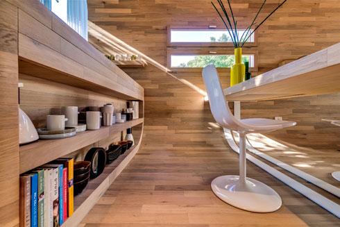 דירה שעיצבה הילה הולנדר במרכז ת''א. עץ בכל פאות הקובייה (צילום: איתי סיקולסקי)