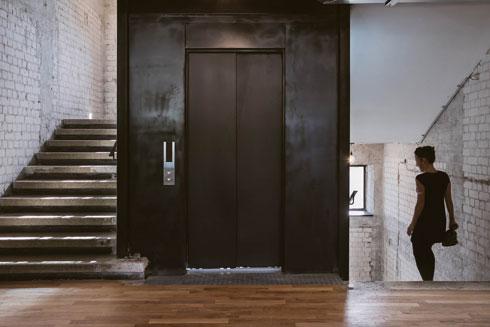 חדר מדרגות מחוספס, קירות גרפיטי בחדרים - לסיור ב-WeWork ת''א לחצו על התמונה  (צילום: שירן כרמל)