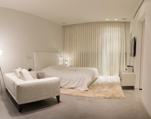 יחידת מגורים נפרדת, שכוללת גם חדר רחצה וחדר ארונות (צילום: חיים סולומון )