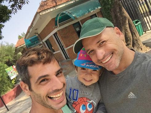 איליי עם אבא איתן (מימין) ואבא אלון בטיול לגן החיות בקטמנדו (צילום: איתן טל)