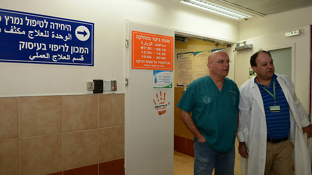"""""""ראינו כמה מקרים קשים"""". ד""""ר ליאור נשר ופרופ' אלמוג יניב בבית החולים סורוקה בבאר שבע (צילום: הרצל יוסף) (צילום: הרצל יוסף)"""