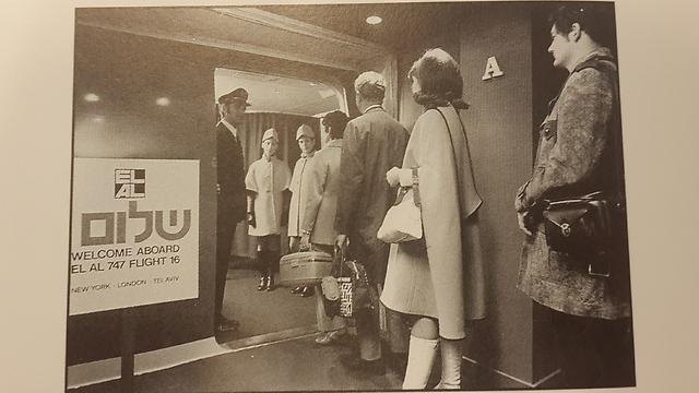 """נוסעים שעולים למטוס בשנת 1971 """"אז אנשים היו מתכוננים לטיסה כמו לאירוע חשוב"""" (מתוך הספר """"אלעל star in the sky"""", מאת מרווין ג'י גולדמן) (מתוך הספר"""