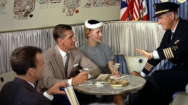 גם צוות המטוס כולל הקברניט והדיילים היו מבדרים את הנוסעים במהלך הטיסה ()
