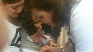הבן הפעוט מקבל חיסון (צילום: אמיר אלון) (צילום: אמיר אלון)