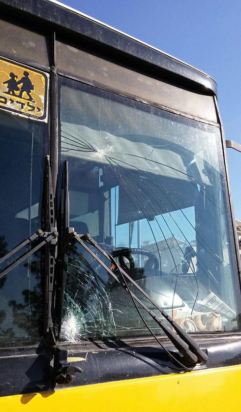 """שמשת האוטובוס המנופצת (צילום: הצלה יו""""ש) (צילום: הצלה יו"""