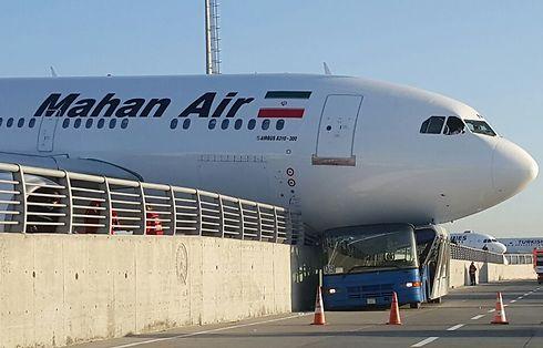 מטוס חברת התעופה האיראנית מהאן שהתנגש ברכב בשדה (צילום: AFP) (צילום: AFP)